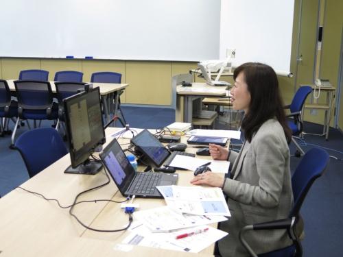 Zoomを使ってオンラインで授業を進める、グロービス経営大学院で講師を務める林恭子主席研究員。同大学院は4月以降、講師も自宅から授業を実施する形式に順次切り替えている