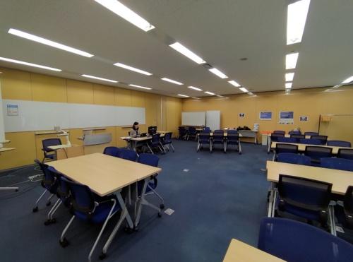 普段は多くの受講生が集まって授業を受ける教室。2020年3月以降はオンライン授業となり、受講生は自宅などから授業に臨んでいる