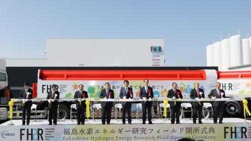 3月7日に開催した福島県浪江町「福島水素エネルギー研究フィールド」の開所式には安倍首相らが出席した