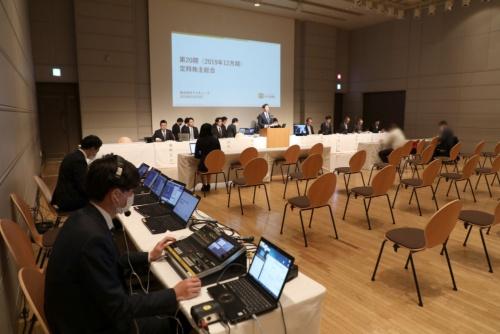 「バーチャル株主総会」として2020年3月に開催したブイキューブの定時株主総会。株主席が閑散としている一方でオンライン生中継用の機材が目立つ