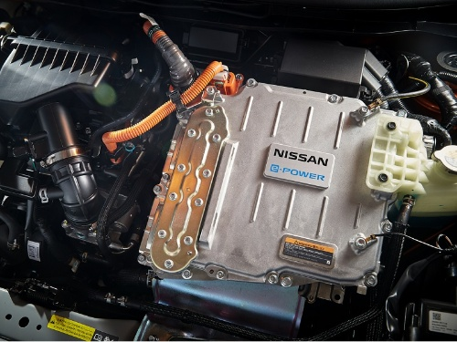 新型車のエンジン室