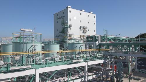 ユーグレナは横浜市にバイオ・ジェット・ディーゼル燃料の製造実証プラントを建設し、2018 年秋に試運転を始めた。現状、同プラントではミドリムシと廃食油を組み合わせてバイオ燃料を製造している(出所:ユーグレナ)