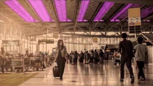 222nm紫外線を公共・商業施設で常時照射すれば、新型コロナウイルスの感染拡大を抑制し、経済・社会活動の範囲を拡大できる可能性がある。写真は、空港に照射装置を設置した場合のイメージ。(出所:コロンビア大学放射線研究所)