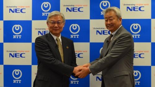 資本業務提携を発表するNTTの澤田純社長(右)とNECの新野隆社長兼CEO(左)