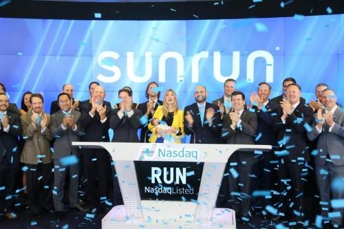 図1●サンラン社がNASDAQで株式上場記念(中央黄色いジャケットが同社CEO)