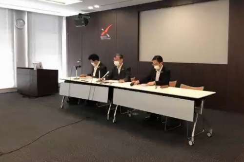 決算会見の様子。中央が経営役員の松井靖氏