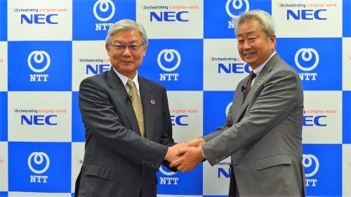 2020年6月25日に資本業務提携を発表したNTTの澤田純社長(右)とNECの新野隆社長兼CEO(左)。電電ファミリーのような内需中心ではなく外需を取り込む新たな日の丸連合を形成 (出所:NEC)