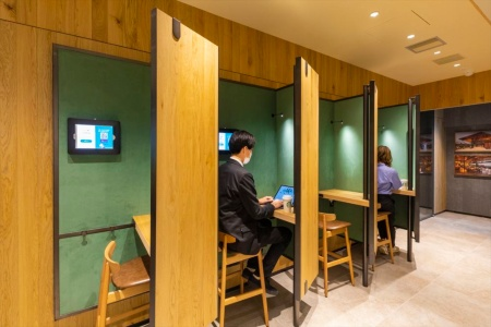 SMART LOUNGEのブース席。オンライン会議や電話用に40分単位で予約できる。店外の人とコワークする場となる