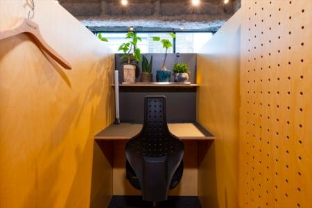 Think Labのブース席。目に入る植物の割合が10~15%だと集中しやすいという