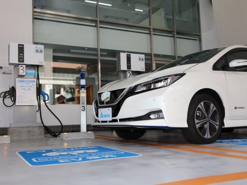 図2 EV充電設備は計4台(急速充電器3台、充放電器1台)