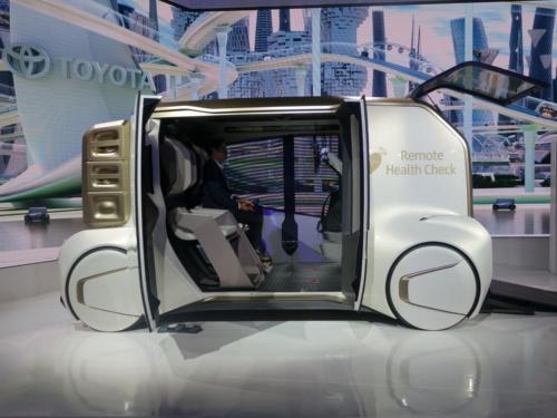 移動サービス会社への転換にソフト重視の考えを採り入れる。写真は2019年に発表した試作車で、健康サービスを見据えたもの(撮影:日経クロステック)
