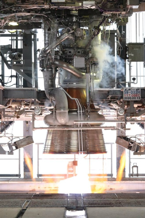 種子島宇宙センターのテストスタンドで燃焼試験を実施したLE-9エンジン。