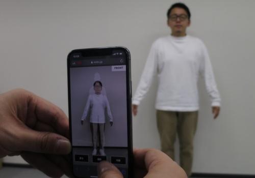 スマホのカメラで正面と横からそれぞれ1枚ずつ撮影し、数十秒ほどで全身9カ所のサイズを測れる