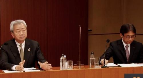 NTTによるドコモの完全子会社化について正式発表する、NTT持ち株会社社長の澤田純氏(左)とNTTドコモ社長の吉沢和弘氏(右)