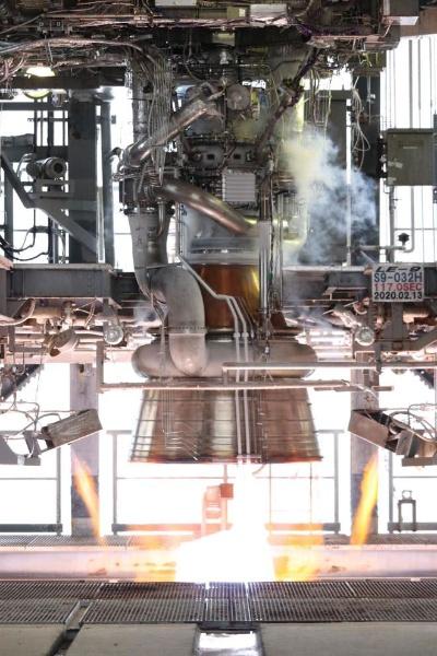 種子島宇宙センターのテストスタンドで燃焼試験を実施したLE-9エンジン