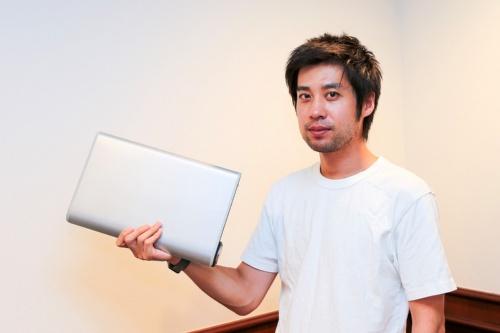 図1 「WALKCAR(ウォーカー)」を持つCOCOA MOTORS.社長の佐藤国亮氏