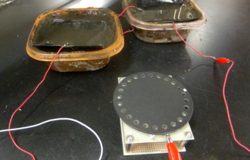 図1 汚泥に電極を設置して発電