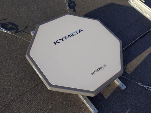 実験船の屋根に取り付けられた、Kuバンドの衛星通信用アンテナ
