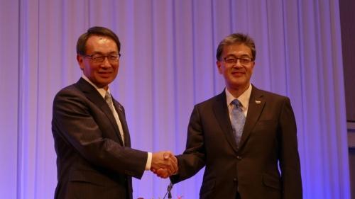 図1 社長会見に出席した現社長の津賀一宏氏(左) と次期社長の楠見雄規氏(右)