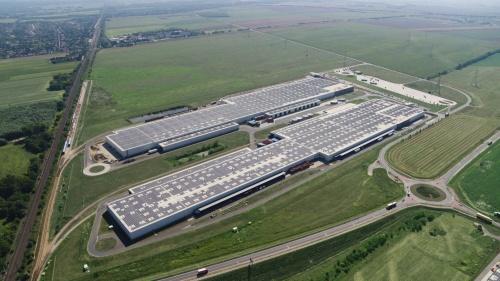 Audiはハンガリーの工場でも炭素中立を実現したという。屋根には太陽光発電を敷き詰めた。地熱発電なども利用したという(出所:Audi)