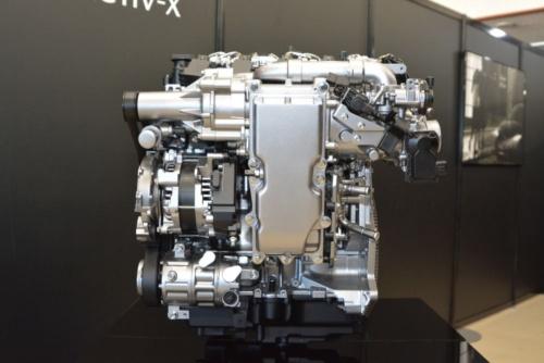 図1 火花点火制御圧縮着火(SPCCI)と呼ぶ独自の燃焼方式によって高効率化を追求したマツダのガソリンエンジン「SKYACTIV-X」