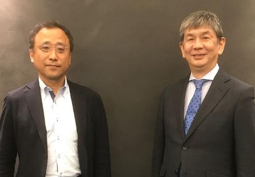 NECの吉崎敏文執行役員(左)とAWSジャパンの渡辺宗行執行役員