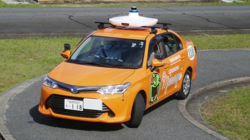 図1 「AI教習システム」を搭載した教習車がS字カーブを走行