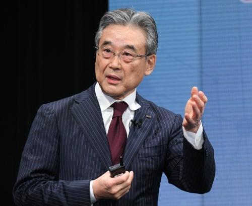 新たな料金プランを発表するKDDI副社長の東海林崇氏