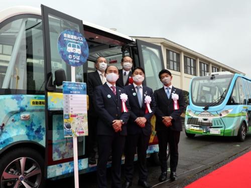 出発式で記念撮影する茨城県境町の橋本正裕町長(前方中央)