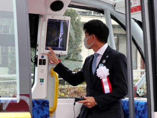 BOLDLYの佐治友基社長。運転資格を持っており、自らコントローラーを持って運転手役を担当