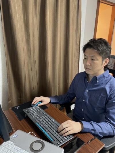 在宅で仕事をするSCSK netXデータセンター事業本部サービス基盤部の時田宗太郎第二課長