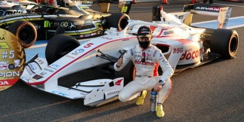 シリーズチャンピオン獲得を決め、5号車の前でポーズをとる山本尚貴選手(2020年12月20日、静岡県小山町の富士スピードウェイ)