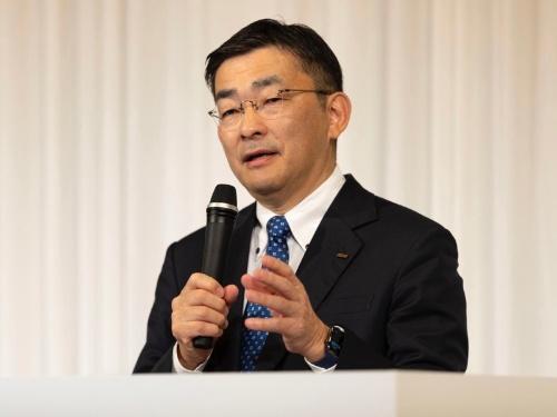 新たな料金プランを発表するKDDI社長の髙橋誠氏