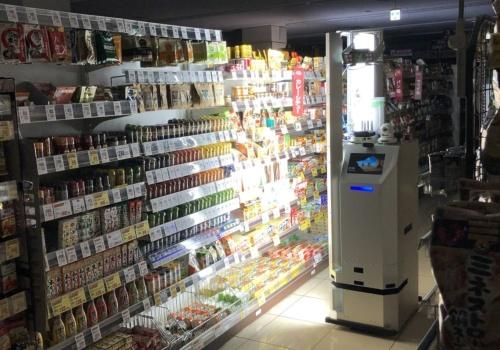 東京・墨田の「フードスクエアカスミ オリナス錦糸町店」の店内を自律走行し、商品棚をチェックするAIロボット「RASFOR」