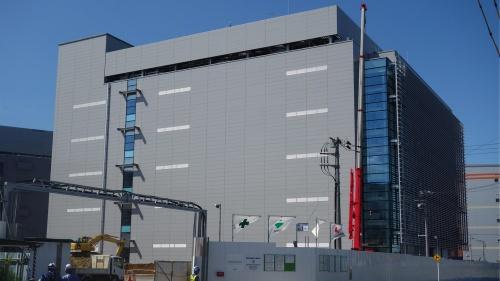 データセンター各社は電力逼迫に備えて対策を施している(千葉ニュータウン中央駅周辺のデータセンター向けとみられる建物)