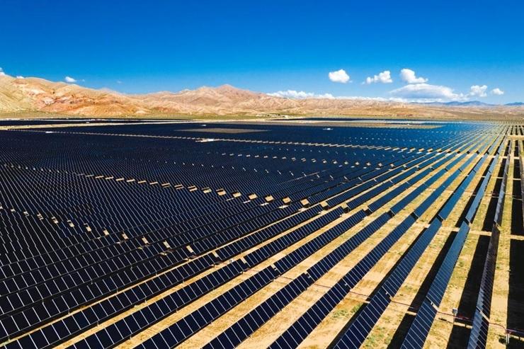 図1●カーン郡に設置された大規模太陽光発電の1つで、出力は450MWになる (出所:8minute Solar Energy)