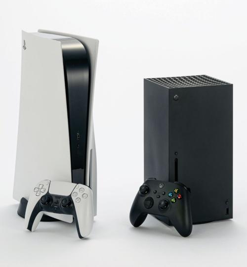 図1 コスト重視のPlayStation 5とサイズ重視のXbox Series X
