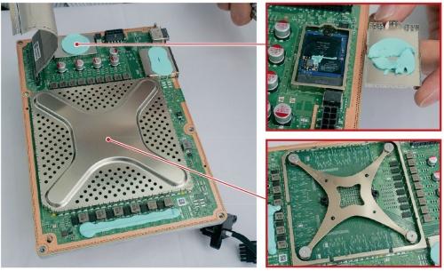 図8 X形の板バネや内蔵SSDを搭載したメイン基板