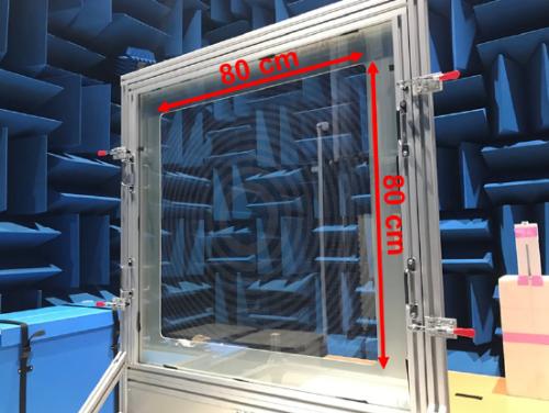窓ガラスの室内側に貼り、ミリ波を焦点に集める