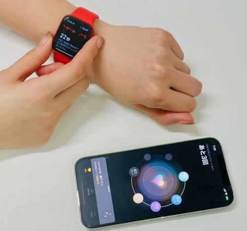 研究用アプリ「Heart Study AW」と、Apple Watchの心電図アプリケーションで心電図を記録している様子