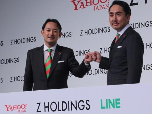 共同CEOを務める川辺健太郎氏(左)と出沢剛氏。ヤフーとLINEのコーポレートカラーをあしらったそろいのネクタイで登壇した