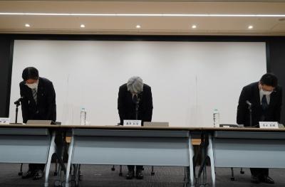 システム障害について謝罪するみずほ銀行の藤原弘治頭取(中央)ら