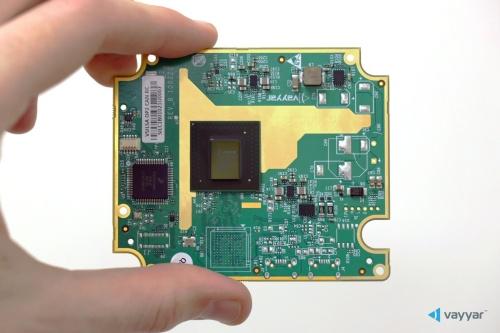 ボードの中央にあるのが、ミリ波レーダーの送受信回路と信号処理プロセッサーを1チップ化したRoC。アンテナはボード上に配線パターンとして形成されている