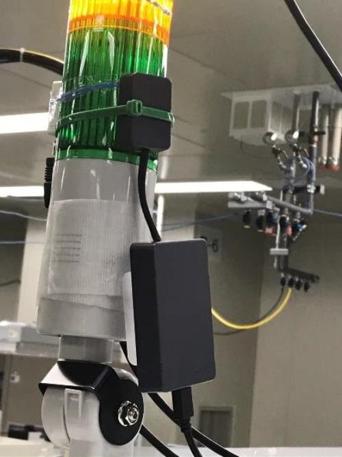 実際の工場でJIGletの照度センサーを使っているところ