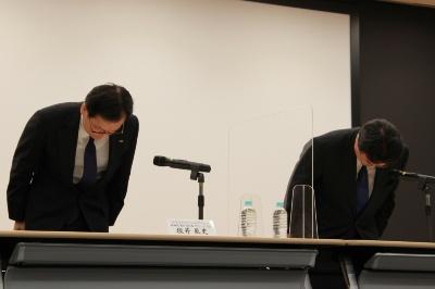システム障害について陳謝するみずほフィナンシャルグループの坂井辰史社長(左)ら