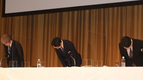 2021年3月22日の会見で謝罪した出沢剛社長(中央)らLINE幹部