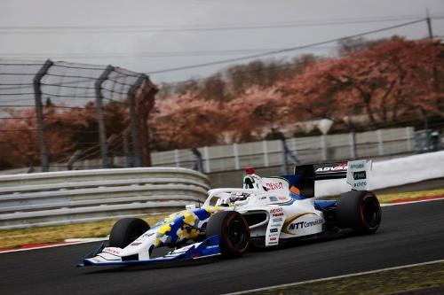 「全日本スーパーフォーミュラ選手権」2021年開幕戦で富士スピードウェイを走行中の14号車「NTT Communications ROOKIE」