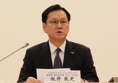 4月5日の記者会見で説明するみずほFGの坂井辰史社長
