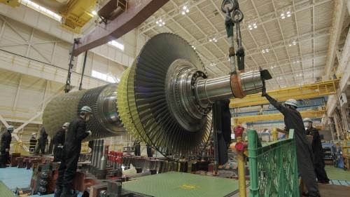 三菱パワー高砂工場(兵庫県高砂市)で組み立て中のガスタービン