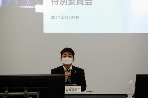 第1回会合であいさつする、座長を務める東京大学大学院法学政治学研究科の宍戸常寿教授